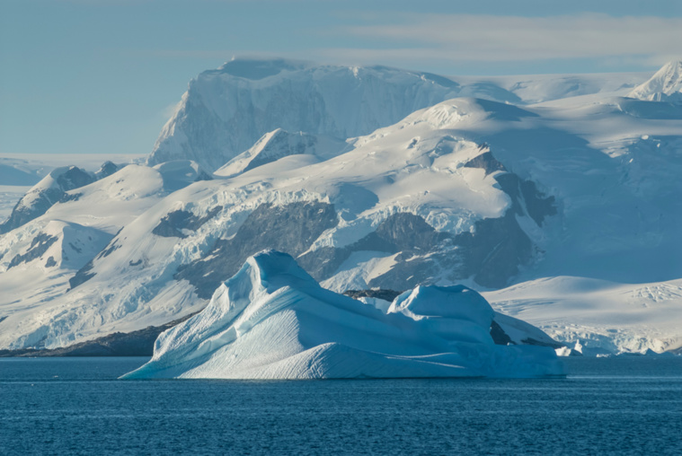 Antarctique : un iceberg géant se détache de sa barrière de glace