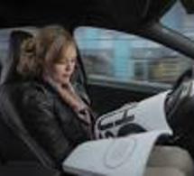 Lire son journal en conduisant ? En Suède, c'est possible